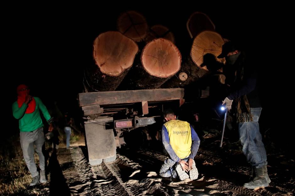 Guajajara-Indianer verhaften einen Holzfäller in der Nähe der Stadt Amarante.