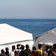 Ehemalige Bewohner des Aufnahmelagers Moria auf der griechischen Insel Lesbos in dem neuen Übergangslager am 23. September