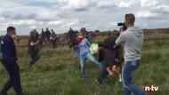 Dieser Screenshot eines Videos zeigt die Kamerafrau des ungarischen Senders N1TV, wie sie am 8. September 2015 im ungarischen Röszke einen Flüchtling zu Fall bringt.