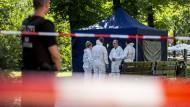 In Berlin-Moabit sichern Beamte der Polizei am Freitag die Spuren des Tatorts.