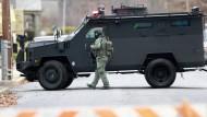 Spezialeinsatzkräfte haben das Haus des mutmaßlichen Täters umstellt