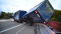 Lastwagen stürzt um, Güterzug kollidiert mit Ast