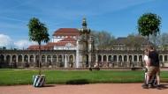 Harte Arbeit: Ein Orangenbaum wird am im Zwinger in Dresden an seinen Platz getragen. Jeder der blau-weißen Eichenkübel wiegt zwei Zentner.