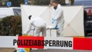 Beamte der Spurensicherung arbeiten am Freitag am Tatort in Offenbach.