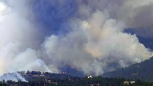 Dutzende Häuser von Waldbränden zerstört