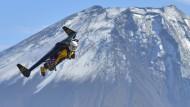 Jetman umrundet den Fuji