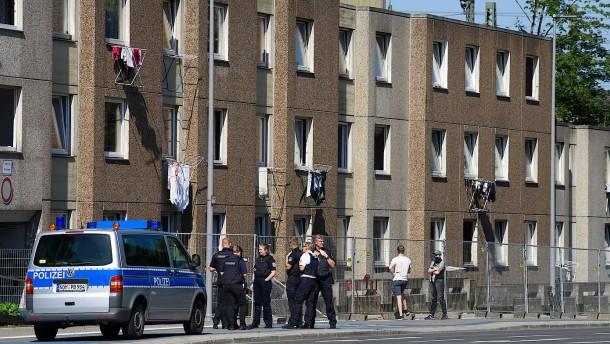 Polizisten mit Eisenstangen und Flaschen beworfen