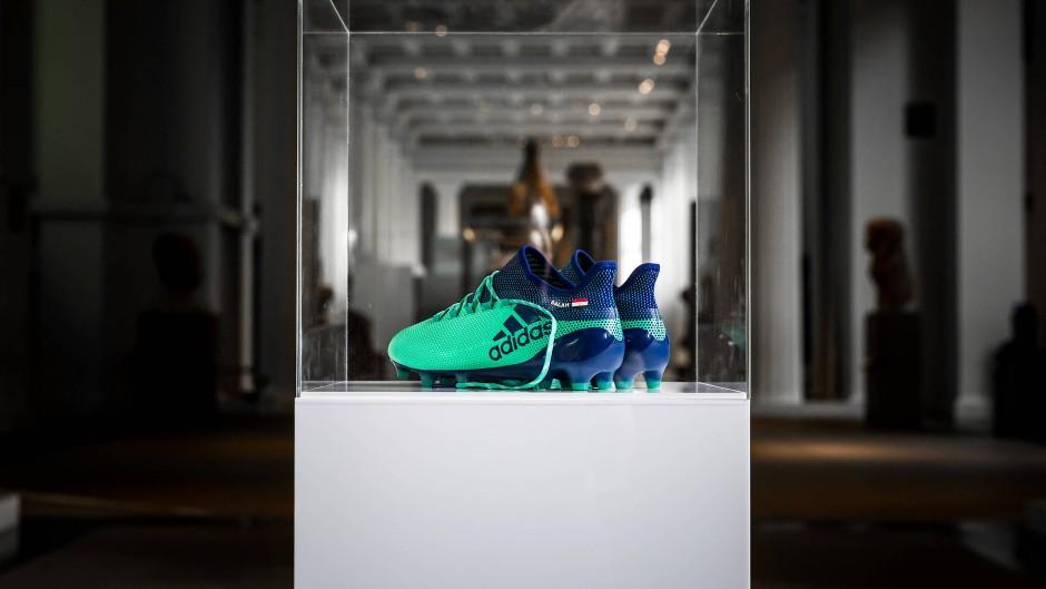 """So geht es auch: Der ägyptische Liverpool-Fußballspieler Mo Salah, der den """"Goldenen Schuh"""" für die meisten Tore der Saison gewann, überließ dem British Museum seine Schuhe. Dort werden sie neben ägyptischen Antiken ausgestellt."""