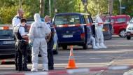 Polizisten sichern am Donnerstag Spuren in und vor der Tiefgarage in Eislingen, in der drei Leichen in einem Auto gefunden wurden.