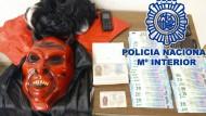 Teufelsmaske und gefälschte Ausweispapiere des flüchtigen Mörders in Malaga.