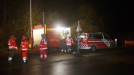 Feuerwehrleute und Rettungssanitäter während der Suche nach dem vermissten einjährigen Jungen am Montag an der Werra bei Bad Salzungen (Thüringen)