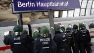 Polizisten warten am Berliner Hauptbahnhof auf einen Sonderzug mit Fußballfans (Archivbild). Die Bahn hat 2015 weniger Straftaten in Zügen und Bahnhöfen registriert. Gleichwohl plant sie für die Zukunft ein härteres Vorgehen – besonders gegen gewaltbereite Fußballfans.