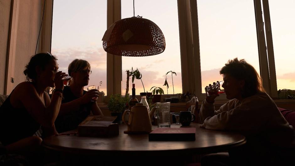 Beim Fasten in Küche Süd: Fünf Tage lang haben Leonie (links), Gail (rechts), Trixi und Zlatan nur Wasser, Gemüsebrühe, Tee und Saft zu sich genommen.
