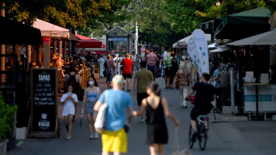 Privatleute haben der deutschen Wirtschaft im zweiten Quartal geholfen: Sie sind häufiger ins Restaurant oder in die Fußgängerzonen gegangen.