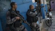 Schwer bewaffnete Polizisten an jeder Straßenecke sind Alltag für die Bewohner von Rios Armenvierteln. Kommt es zu Schießereien mit Drogendealern, geraten sie schnell ins Kreuzfeuer. Eine App soll jetzt Abhilfe schaffen.
