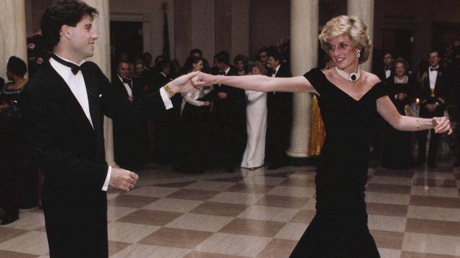"""""""You Should be Dancing"""": Prinzessin Diana wirbelt hier 1985 mit John Travolta durchs Weiße Haus."""