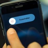 """Finger weg vom Smartphone – das sogenannte """"Online-Fasten"""" kann sich nur jeder fünfte Deutsche vorstellen."""