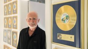 Dschinghis Khan und ein bisschen Frieden: Bernd Meinunger vor einigen seiner goldenen Schallplatten in seiner Villa in Grünwald bei München