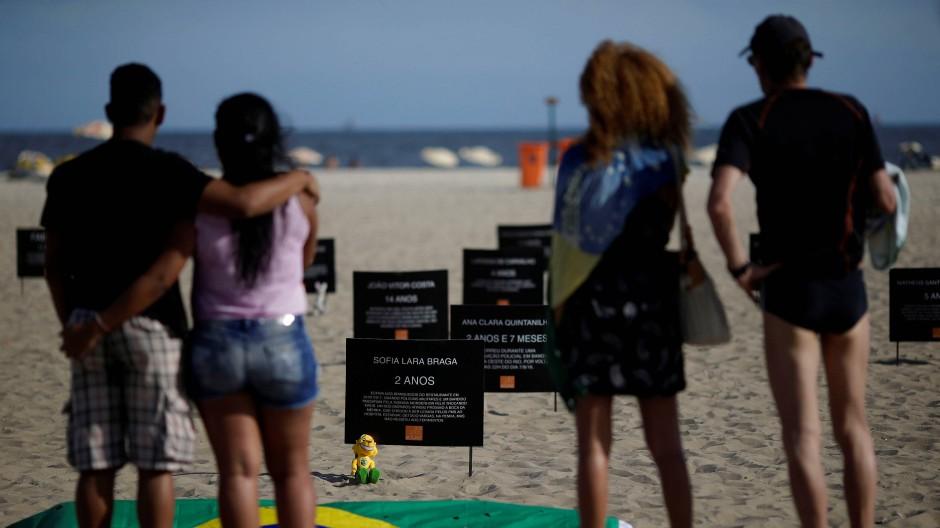 Trauernde Brasilianer: Die Schilder an der Copacabana in Rio de Janeiro tragen die Namen von Kindern, die in Schießereien von Irrläufern tödlich getroffen wurden.