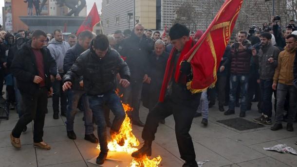 Tausende Kosovaren fordern Rücktritt der Regierung