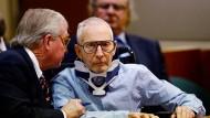 Robert Durst im Rollstuhl vor Gericht mit seinem Anwalt (links)
