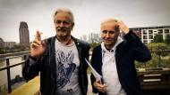 Auf eine letzte Zigarette vor der Auflösung: Thomas Spitzer (l.) und Klaus Eberhartinger, die beiden Köpfe der EAV