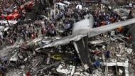 Militärmaschine stürzt auf Wohngebiet