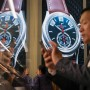 Ein Besucher macht einen Schnappschuss von der Uhrenauslage auf der Baselworld-Messe.