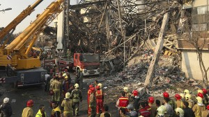 Hochhaus begräbt mehr als 20 Feuerwehrleute