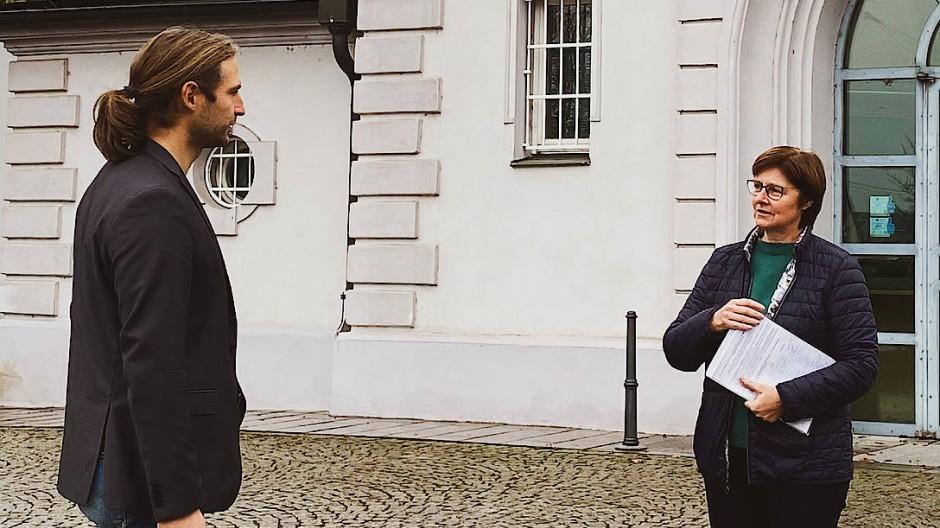 Toni Schuberl und Rosi Steinberger (beide Grüne) vor der JVA Straubing