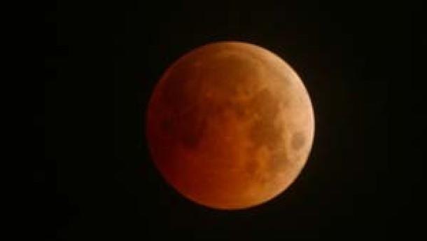Dunkel war's, der Mond schien rötlich