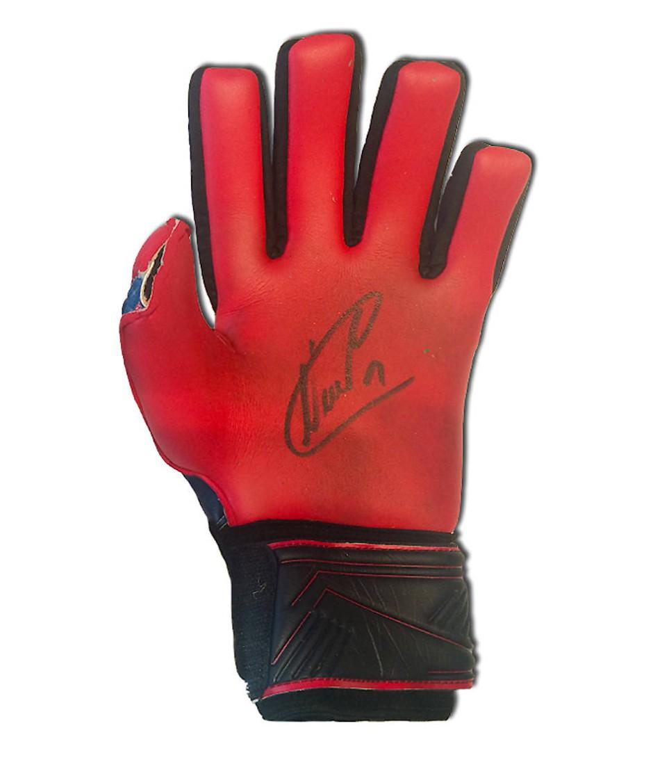 """Echte Handarbeit: Die Torwarthandschuhe von Manuel Neuer aus dem WM-Finale 2014 wurden zugunsten seiner """"Kids Foundation"""" auktioniert."""