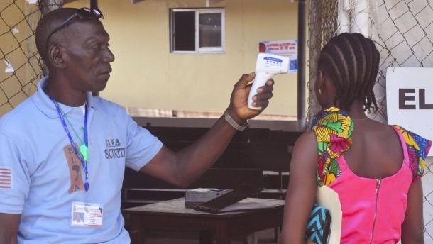 Erster Toter und neue Ebola-Fälle in Liberia