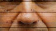 Dieser Mann hat den Durchblick: Ein Polizeiermittler betrachtet DNA-Kurven