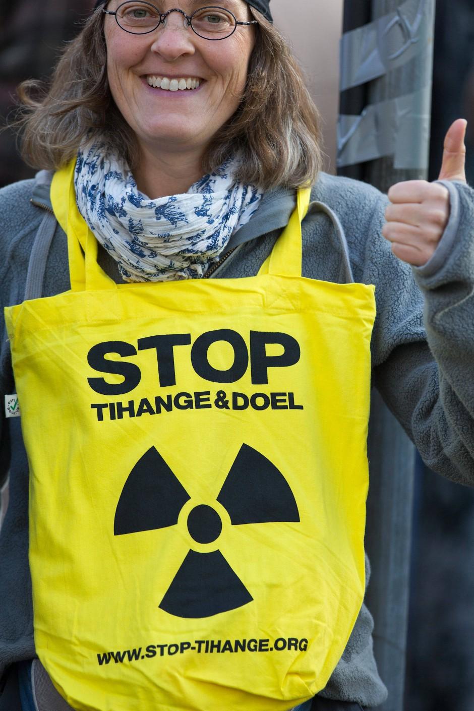 """""""Stop Thiange Doel"""" steht auf der Tasche einer Demonstrantin im Oktober 2016 in Niedersachsen."""