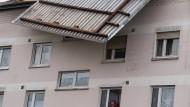 """Das Dach eines Wohngebäudes im hessischen Erlensee wurde vom Sturmtief """"Egon"""" stark beschädigt. Das Tief sorgte in der Nacht für Sturmböen und Schnee."""