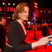 """Sigourney Weaver spielt in """"My Salinger Year""""  eine knallharte Verlagschefin. Bevor der Film die Berlinale eröffnete, verteilte die Hollywood-Schauspielerin Autogramme."""