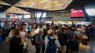 Bahnchaos in Italien: Die Auswirkungen der Zugausfälle merkten auch Passagiere am Hauptbahnhof von Neapel.