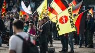 Mehrere tausend Pegida-Anhänger demonstrieren im Oktober 2016 auf dem Theaterplatz in Dresden. Der Münchner Pegida-Ableger könnte laut bayrischem Innenminister einen bewaffneten Arm haben.