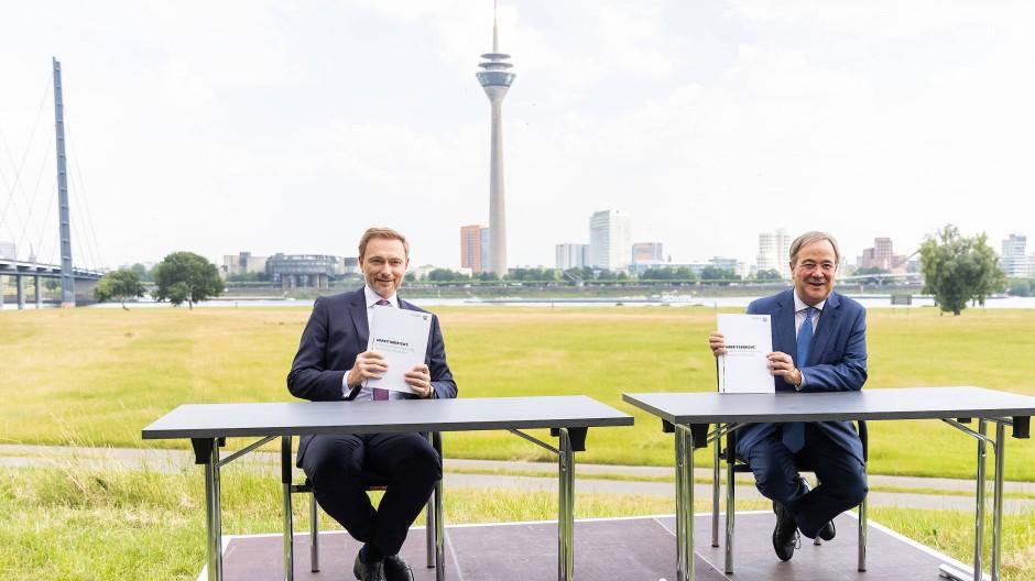 """Fanden im Eiltempo in der """"NRW-Koalition"""" zusammen: Christian Lindner (links) und Armin Laschet"""