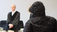 Vor Beginn des Prozesses umarmte der Angeklagte seinen Anwalt wie ein Boxer den Trainer.