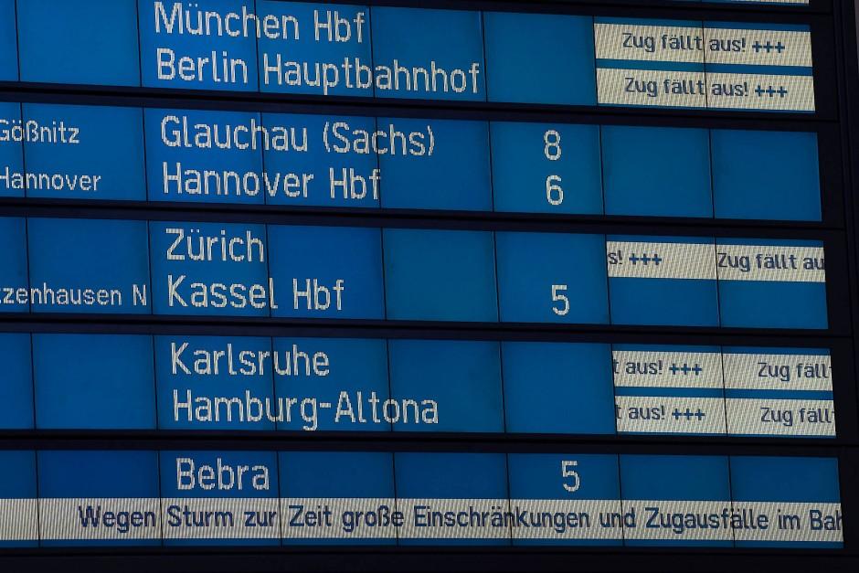 Wegen der Sturmschäden fallen noch mindestens bis Montag viele Züge aus.