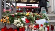 Mit Blumen und Kerzen werden am Mittwoch am S-Bahnhof in Grafing dem Toten und den drei Verletzten der Messerattacke vom Dienstag gedacht.