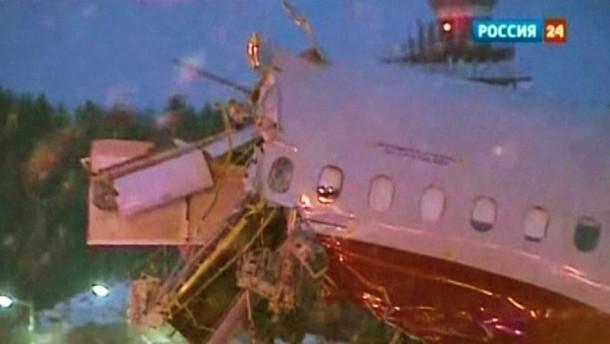 Die Tupolew-204 der Fluggesellschaft Red Wings schoss über die Landebahn hinaus und zerbrach in drei Teile. Die staatliche Nachrichtenagentur RIA berichtete von zwei Toten.
