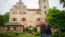 Die Le Siures, stolze Besitzer des romantischen Anwesens im mittelfränkischen Naturpark in Altmühltal. Hier kann Andreas von Le Suire seiner Freude am Werken nachgehen.