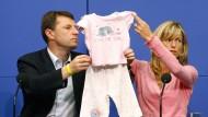 Die Eltern der verschwundenen Maddie auf einer Pressekonferenz in Berlin  (Archivbild). Sie erhalten doch keinen Schadensersatz vom ehemaligen Chefermittler.