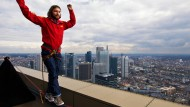 Auf der Slackline über Frankfurt: Reinhard Kleindl, hier beim Üben