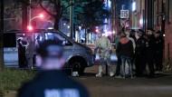 Polizei und Spurensicherung am Samstag im Hamburger Stadtteil Hamm vor der Hauseinfahrt, in der ein Mann erschossen wurde