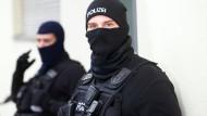 Polizisten führen in Berlin eine Razzia gegen ein Islamisten-Netzwerk durch (Archivbild aus dem November 2016). In der Hauptstadt  läuft seit dem frühen Morgen eine Razzia gegen Islamisten.