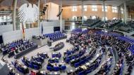 Die Parlamentarier debattieren am 15. Juni im Plenum des deutschen Bundestags. Viele Menschen in demokratischen Staaten sind laut einer neuen Untersuchung unzufrieden.